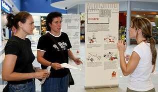 Responsables de Solidariedade Internacional inauguaron ayer la exposición del Pontiñas | miguel souto