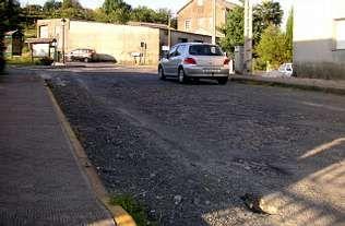 «A estrada xa non ten nin chapapote, é todo pedra», dice el vecino de Codeso (Boqueixón) Jesús Sanjuás | A. C.