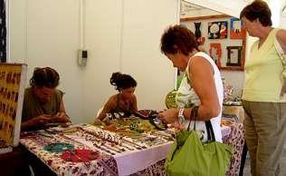 Los puestos de artesanía exponen una gran variedad de productos en Agolada | LORENA G. C.