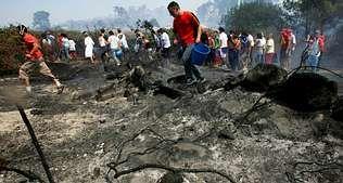 Hace un año, los vecinos de A Illa apagaban el fuego en Gradín | VÍTOR MEJUTO