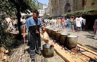 En el mercado medieval de Mondoñedo no faltó ni la comida ni la bebida | XAIME f. RAMALLAL