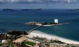 La playa de Toralla (al fondo), en plena ría de Vigo, es una de las que carecen de servicio de vigilancia