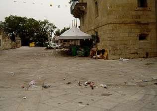 Los puestos se instalan pegados a la fachada del monasterio