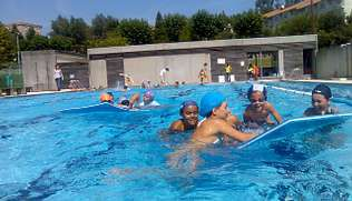 Los niños de Teo disfrutaron ayer de una jornada veraniega con actividades en la piscina de Os Tilos