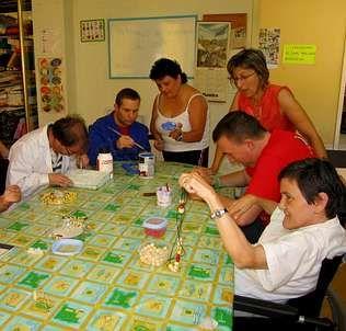 Numerosas personas participan a diario en los talleres noieses
