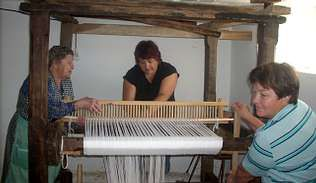 María Fernández, a la izquierda, dando instrucciones a sus alumnas