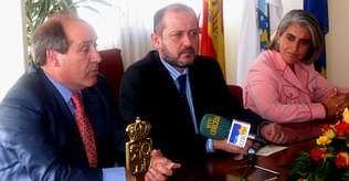 Ricardo Varela (centro) anunció la puesta en marcha del plan acompañado por el alcalde y la delegada de Traballo