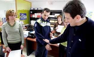 El único policía local de Crecente y el alcalde, Julio César García, explican los hechos