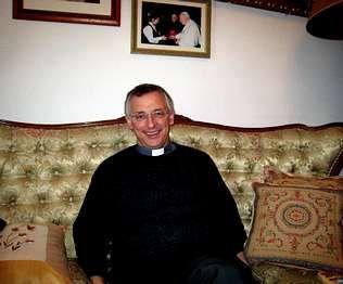 Detrás del futuro obispo, una foto de su tío y su hermana, con Juan Pablo II