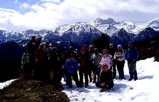 El Grupo de Montaña Marqués de Sargadelos de Tapia, con el macizo de las Ubiñas, en Asturias, al fondo