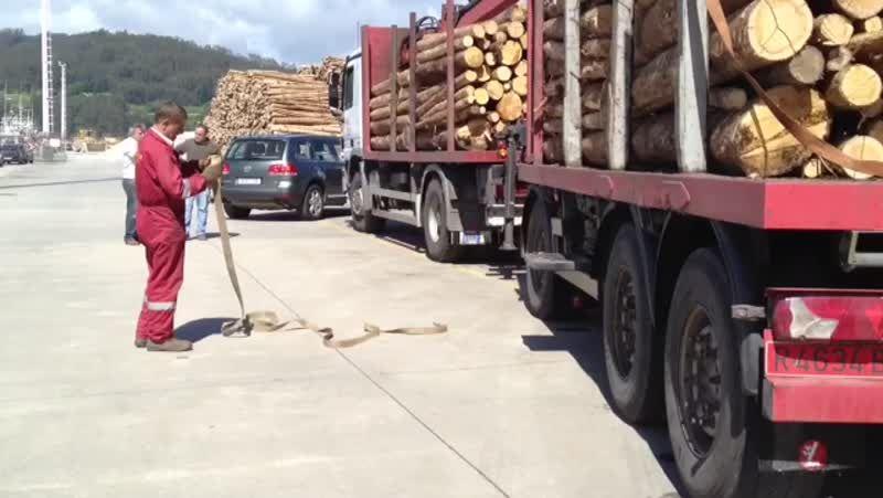 Más de ochenta camiones aparecen con las ruedas pinchadas en Ferrol y A Mariña