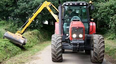 El desbroce de caminos y viales ya se efectuó en más de una veintena de parroquias lalinenses.