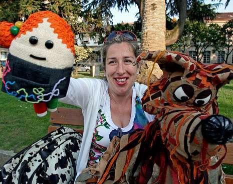 Andrea Bayer, en Las Palmeras, con sus personajes del espectáculo «Fíos».