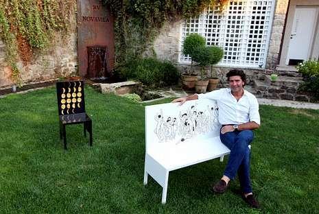 José Luis Vilanova en el prototipo de un sillón que forma parte de una línea de mobiliario de diseño propio.