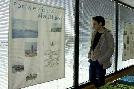Los niños de Tordoia disfrutan de un verano distinto en el campamento urbano; Un visitante observa la exposición sobre el mar en Ordes.