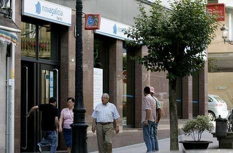 Afectados por las preferentes de Lalín, Agolada y Dozón acuden a diario a la OMIC lalinense.