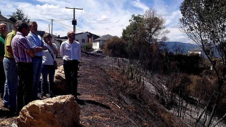 La conselleira de Medio Rural, Rosa Quintana, y el conselleiro de Presidencia, Alfonso Rueda, en la zona afectada por el incendio
