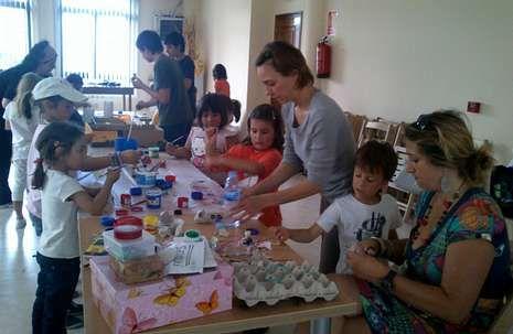 Niños de O Incio, con manualidades que venderán para lograr fondos.