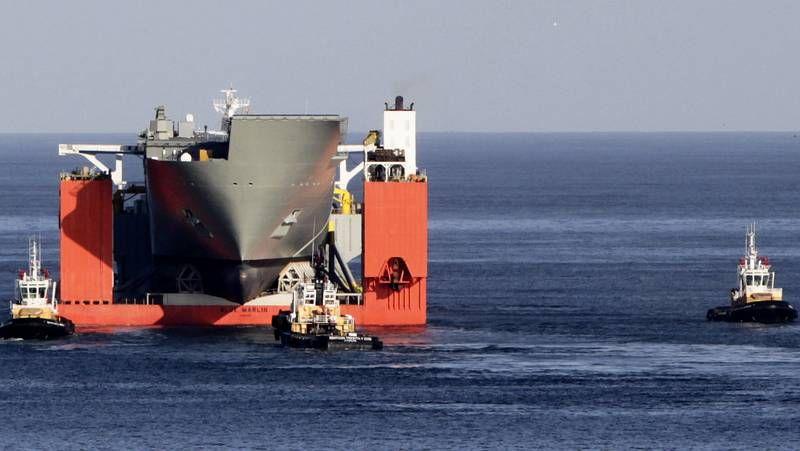 El «Blue Marlin», abandonando el puerto exterior de A Coruña