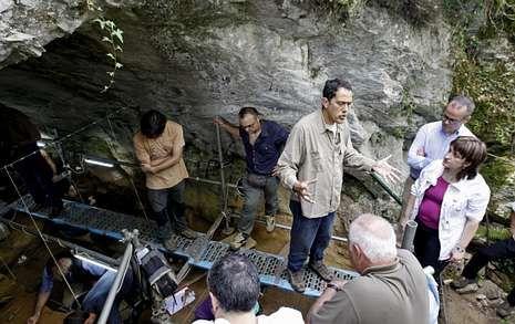 Una puerta al pasado remoto. El director del proyecto arqueológico de la USC, Ramón Fábregas, muestra las excavaciones realizadas en la galería de entrada de la cueva.