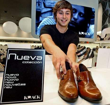 El vecino de Cotobade venderá zapatos hasta marzo.