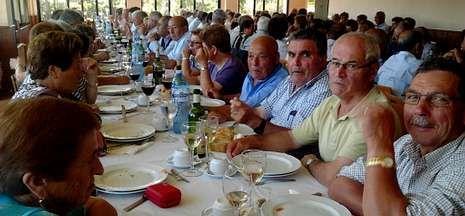 Los mayores de Dodro disfrutan de la comida que incluía la excursión por Barbanza.