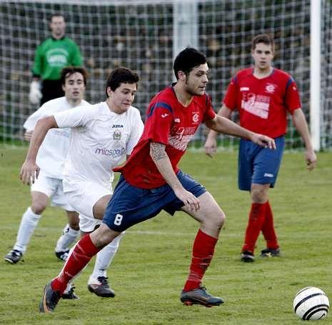 Berto trata de conducir el balón ante un jugador del Sarria.