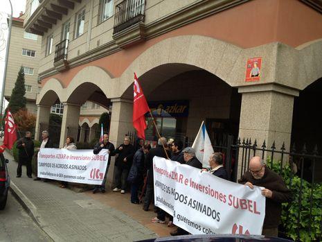 Afectados por el cierre del Grupo Alvarez se concentran en Eiris, ante la sede de Subel