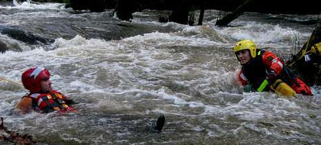 Miembros de Protección Civil se desplazaron hasta el Coto de Verdes para aprender la técnica de rescate de personas en ríos y acantilados.