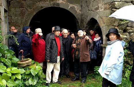 Fernández Carrera y Bello Mato enseñan las dependencias del monasterio a los asistentes.