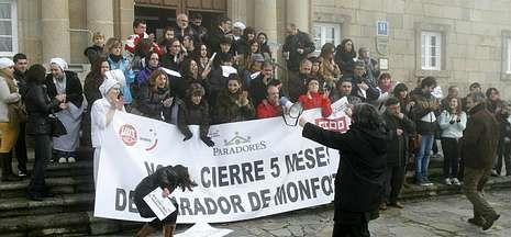 Medio centenar de personas se manifestaron ayer frente al Parador de Monforte.