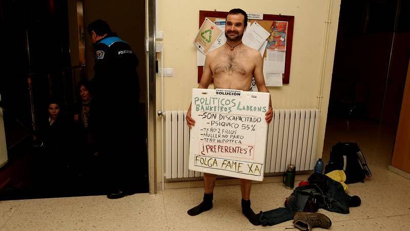 Un afectado por las preferentes se desnuda en una oficina de Novagalicia Banco y en el Concello de Cambados