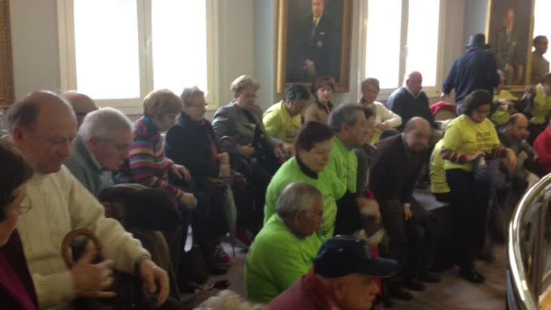 «¡Queremos cobrar!» gritaron los afectados por las preferentes al finalizar el pleno de la Diputación de A Coruña
