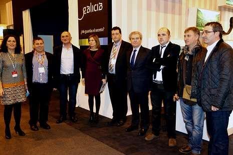 César Antonio Molina, con la delegación fisterrana.