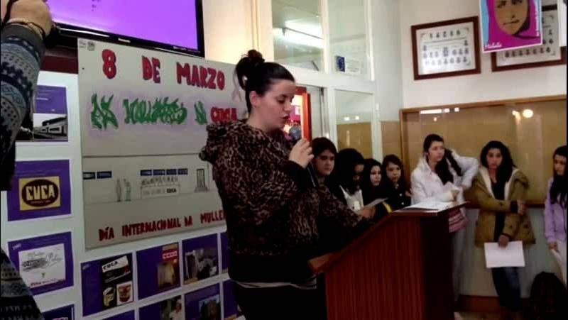 Los alumnos del instituto Cotarelo Valledor de Vilagarcía rinden homenaje a las trabajadoras de Cuca