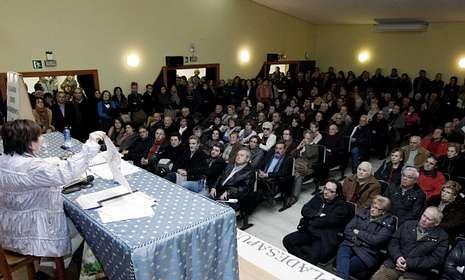 Asamblea en la casa de cultura en la que se decidió convocar la manifestación.