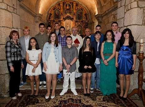 Ramón Romero, junto al vicario (el más alto), con los jóvenes confirmados el domingo.