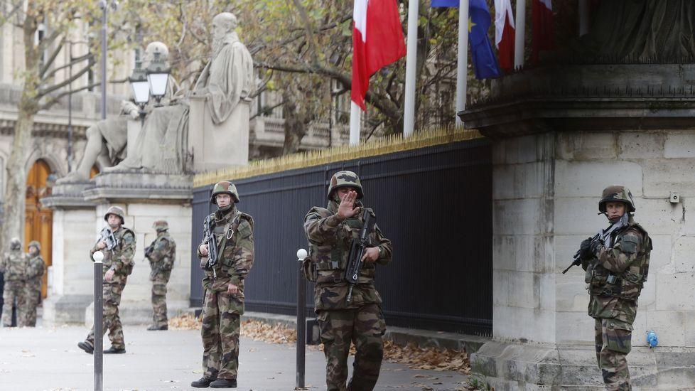 Despligue policial delante de la Asamblea Nacional en París.