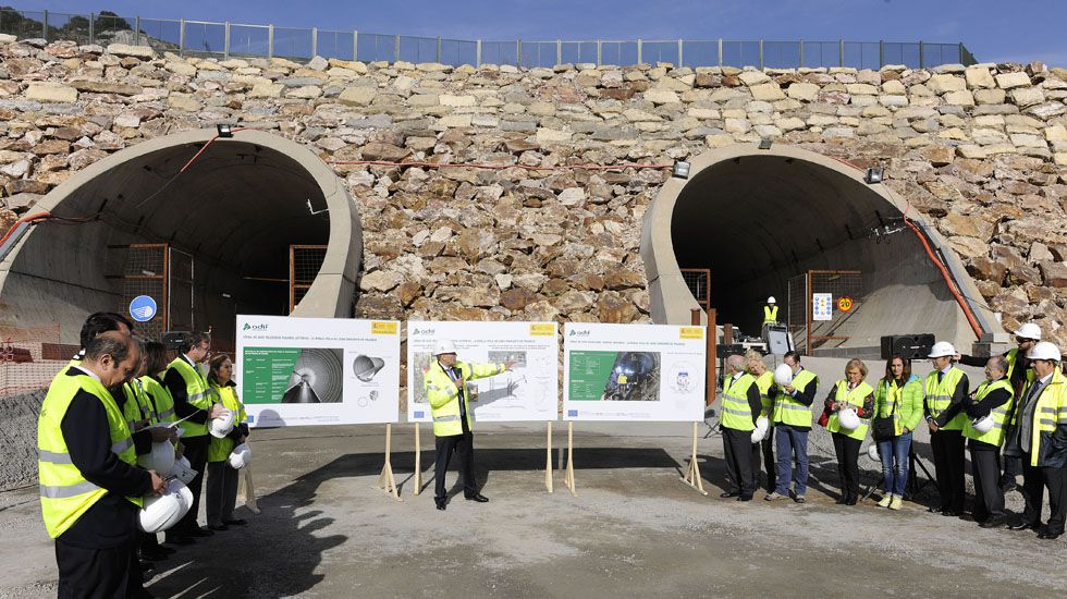 La ministra de Fomento, Ana Pastor, durante una visita las obras de construcción de la Variante ferroviaria de Pajares