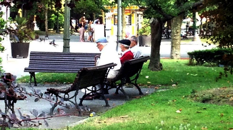 Ancianos en el parque Dorado de Sama de Langreo