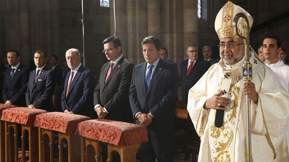 El arzobispo de Oviedo, Jesús Sanz; el presidente del Principado, Javier Fernández; el delegado del Gobierno, Gabino de Lorenzo, y el resto de autoridades, en Covadonga