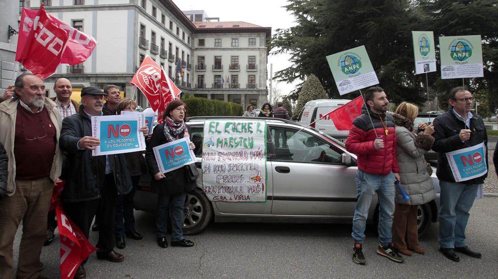 Concentración de protesta por el impago a los docentes itinerantes en Asturias, que ha terminado en los tribunales