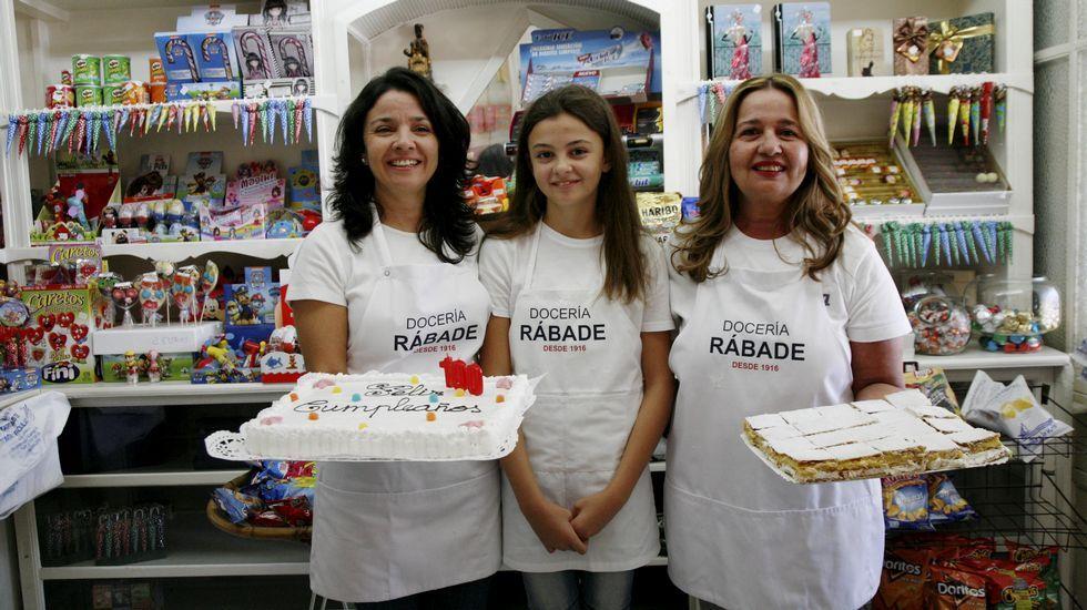 Lucía, Carmen y Carmen con las famosas milhojas de Rábade