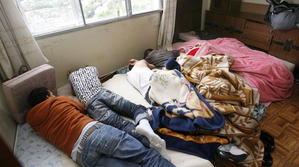 Piso patera con al menos 13 ocupantes. Las imágenes corresponden a un piso patera de Lugo que llegó a tener hasta 13 ocupantes a los que descontaban 45 euros al mes por la habitación.