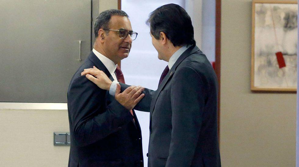 El presidente del Principado, Javier Fernández, felicita a Fernando Lastra en los pasillos de la Junta General