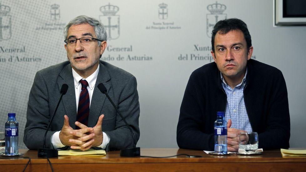 El portavoz de IU en la Junta General, Gaspar Llamazares (i), y el diputado regional de la coalición Ovidio Zapico (d)