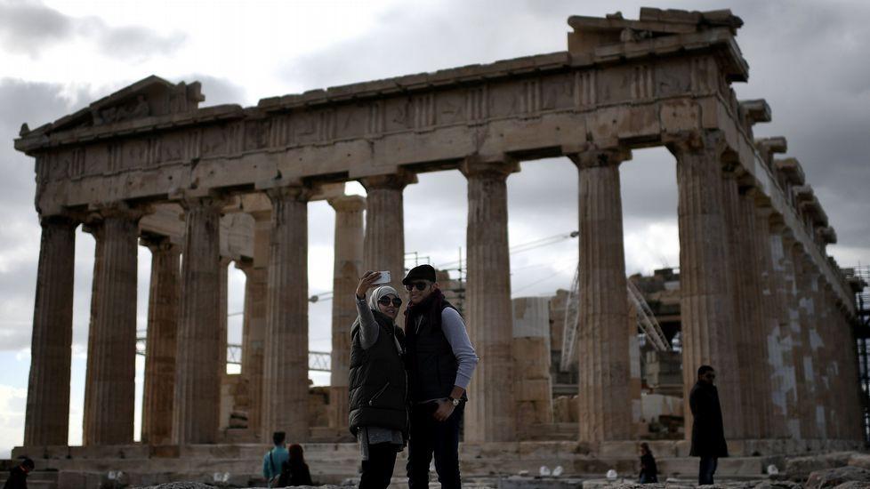Una pareja se saca el selfi en el Partenón.