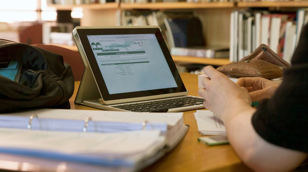 Un estudiante de la Universidad de Oviedo consulta la web en una biblioteca