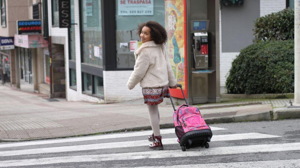 Una niña, de camino al colegio en el municipio cambrés