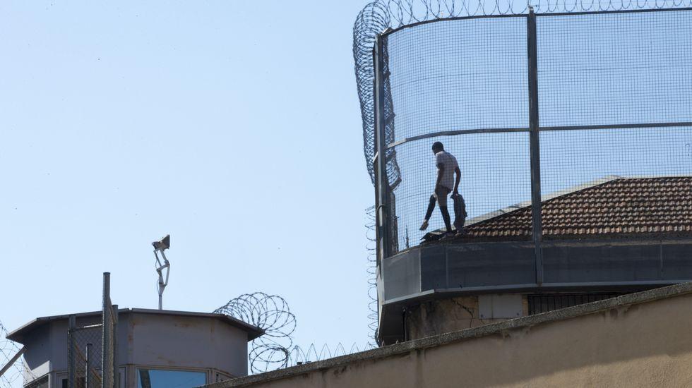 Encaramado al tejado de una cárcel de Barcelona